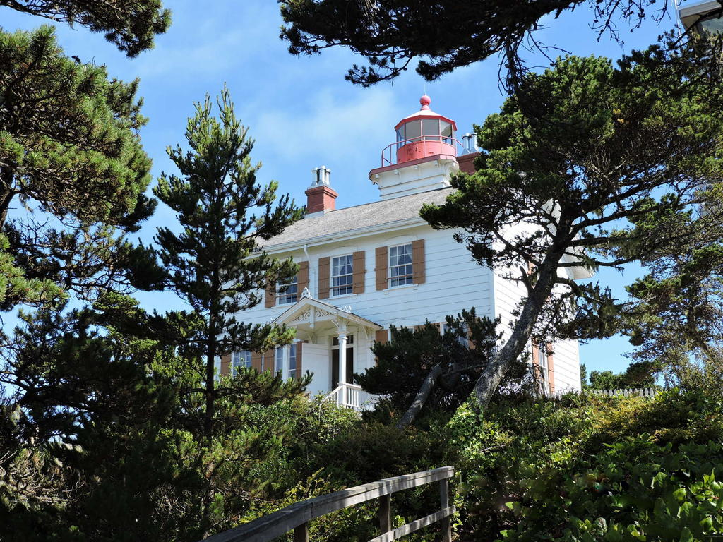 Post your Lighthouses-yaquina-bay-lighthouse-1h.jpg