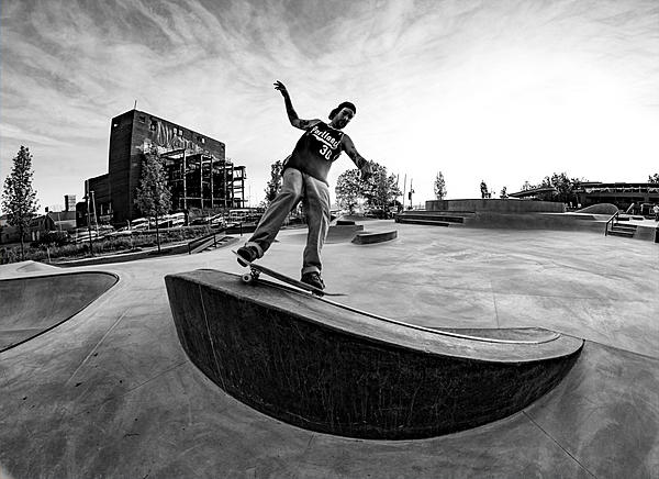 Where can I get a decent valued NEW Nikon D700 or D300 online?-dsc_2936-skate-board-bw-smaller.jpg