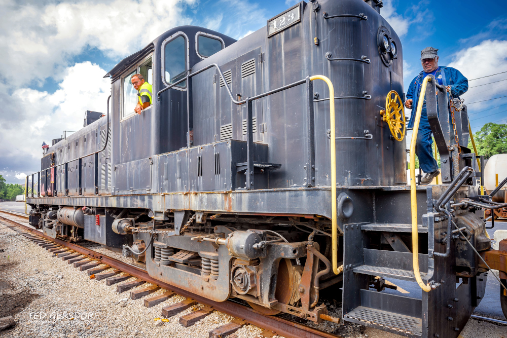 These are for my train-loving friends............-8-12-17-bo-roundhouse-1-1-17_01.jpg