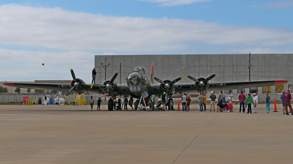 Commemorative Air Force Boeing B-17G Superfortress-01_p1000306_ls_cr.jpg
