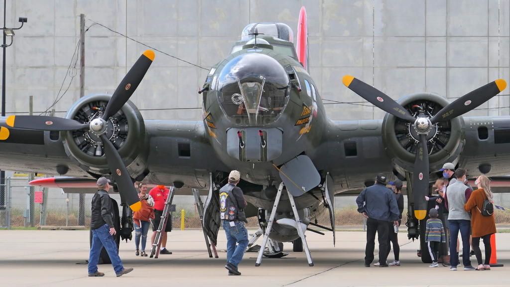 Commemorative Air Force Boeing B-17G Superfortress-02_p1000316_ls_cr_sm.jpg