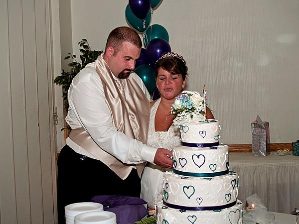 My crappy wedding photos.-cut_cake.jpg