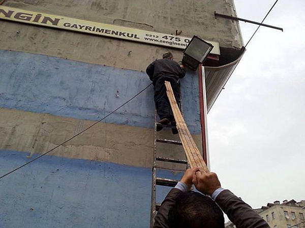 Dumb Jokes Posted Here.... if you dare.-workplace-safety-fails-men-accident-waiting-happen-50-58d271bd3aa96__605.jpg